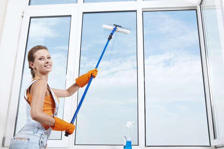limpiadores: Joven atractiva lava ventana  Foto de archivo