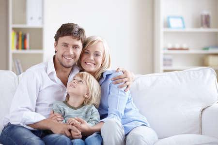 Una familia feliz con un niño  Foto de archivo