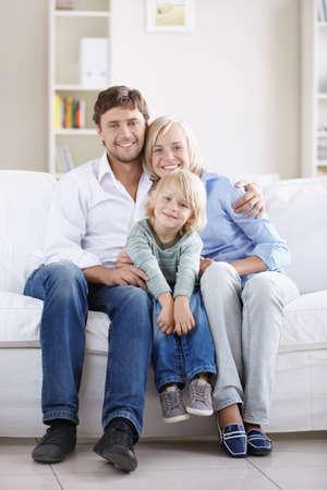 mama e hijo: Una joven pareja feliz en el sof� en casa