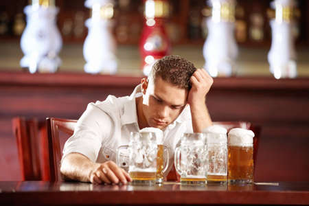 bebidas alcoh�licas: Hombre borracho con una cerveza en un pub