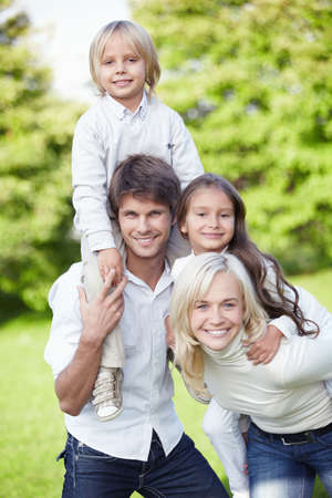 Ehefrauen: Happy young Family outdoors