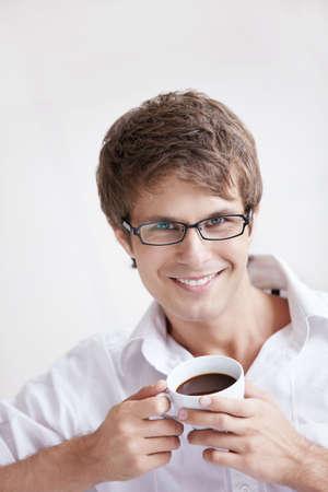 hombre tomando cafe: Un hombre apuesto joven con un café