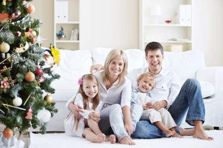 familia abrazo: Young riendo de casa con Picea familiar