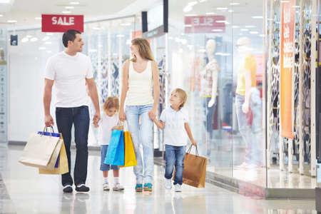 ni�os de compras: Una familia feliz es ir de compras en una tienda