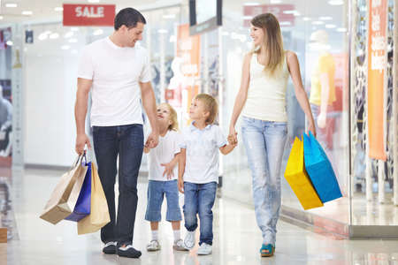 ni�os de compras: Una familia feliz en compras en la tienda