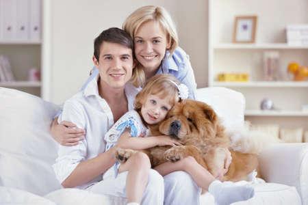Familia con mascotas en casa  Foto de archivo