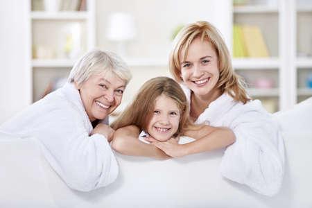 grandmother children: Tres generaciones de mujeres en el hogar Foto de archivo