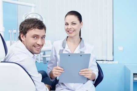 uniformes de oficina: M�dico y el paciente en la cl�nica dental
