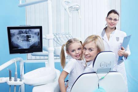 uniformes de oficina: Mam� con un ni�o al dentista en la cl�nica Foto de archivo