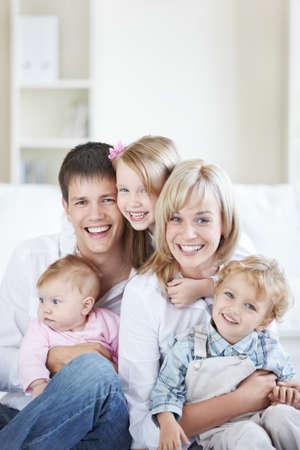 trois enfants: Famille attrayant avec trois enfants � la maison Banque d'images