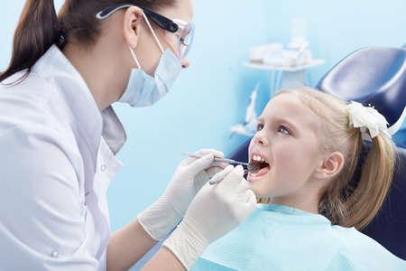 dentist s office: Dentysta traktuje zębów pacjenta