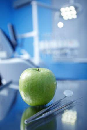 Apple y instrumentos odontológicos en primer plano