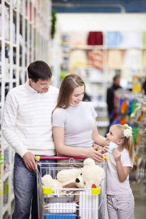ni�os de compras: Una familia joven es ir de compras en una tienda de Foto de archivo