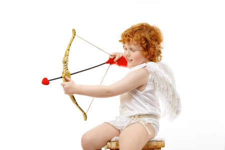 Perfil del sonriente Cupido pequeño regulaciones aislado en un fondo blanco Foto de archivo