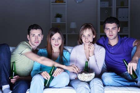 pareja viendo tv: J�venes atractivos ver pel�culas en casa
