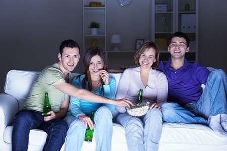 ver television: J�venes ven televisi�n en casa