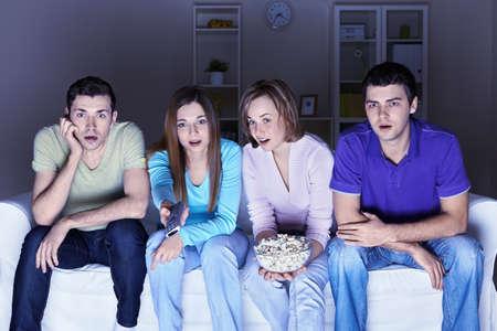 personas viendo tv: Sorprendido personas est�n viendo una pel�cula