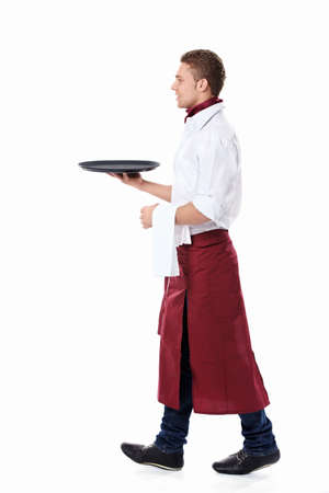 bandejas: El joven camarero con una bandeja sobre un fondo blanco