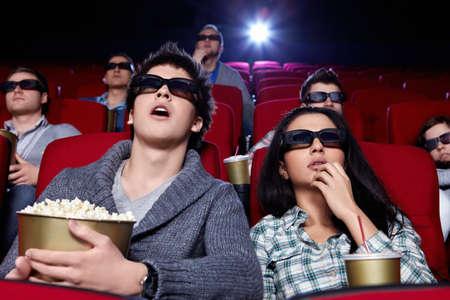 cinta pelicula: Personas sorprendidas en gafas 3D en el cine Foto de archivo