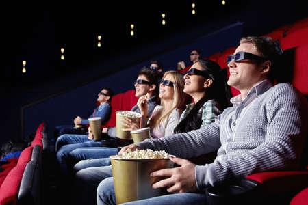 若い人は映画館で映画を鑑賞しま...
