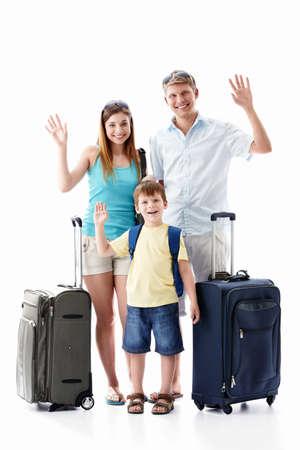 femme valise: Une famille heureuse avec leurs valises sur un fond blanc