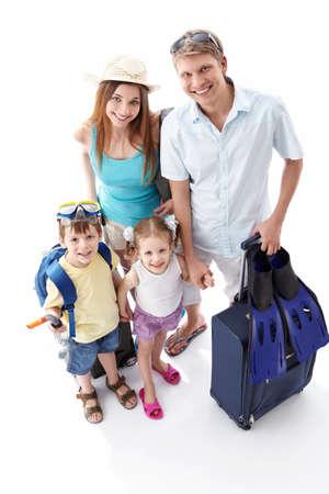 familia viaje: Una familia feliz ir de vacaciones sobre un fondo blanco