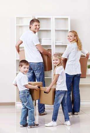 cajas de carton: Familia con cajas de cart�n en el interior