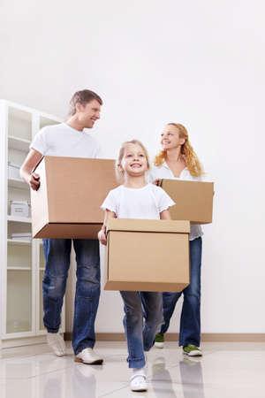 cajas de carton: Los padres y su hija son cajas de cart�n en el interior
