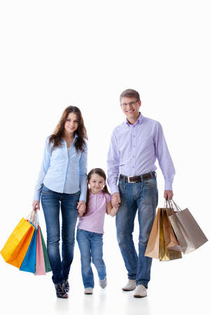 chicas de compras: Padres con un ni�o con compras sobre fondo blanco Foto de archivo