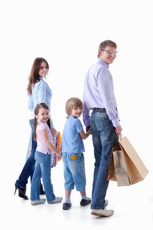ni�os caminando: Familias con ni�os y bolsas sobre un fondo blanco