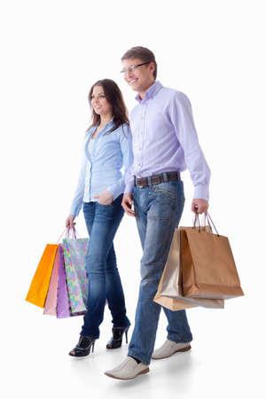 personas caminando: Joven pareja con paquetes sobre un fondo blanco