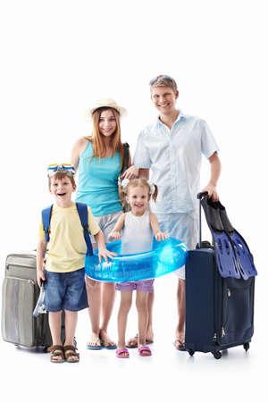 familia viaje: Una familia feliz con los ni�os y maletas aislados