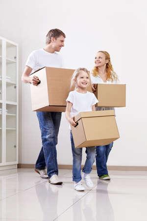 cajas de carton: Los padres y el ni�o con cajas de cart�n