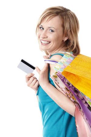 cr�dito: Ni�a con bolsas y tarjeta de cr�dito en un fondo blanco Foto de archivo