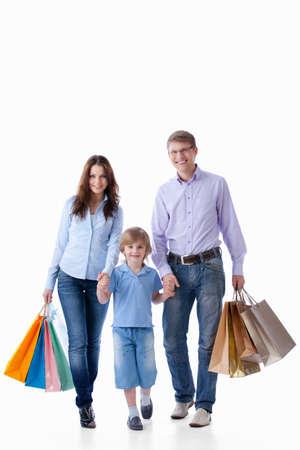 ni�os de compras: Familia con bolsas de compra sobre un fondo blanco