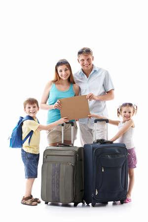 femme valise: Familles avec des valises tenant une plaque vide sur un fond blanc Banque d'images