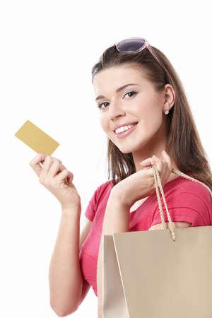 tarjeta de credito: Mujer joven con bolsas de compra y tarjeta de cr�dito sobre un fondo blanco Foto de archivo