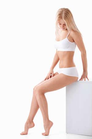 partes del cuerpo humano: Una mujer joven y atractiva sobre un fondo blanco Foto de archivo