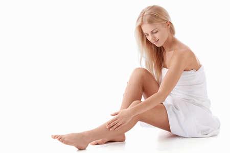 pies bonitos: Una hermosa joven sobre un fondo blanco