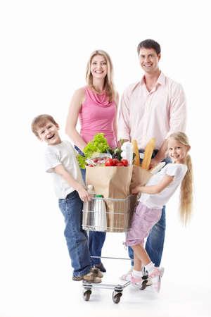 ni�os de compras: Una familia feliz con un carrito de alimentos sobre un fondo blanco