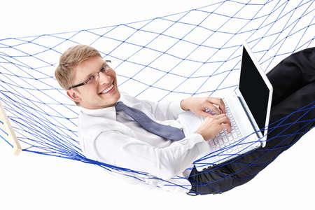 hammocks: Uomo d'affari in un legame con un computer portatile in un isolato amaca