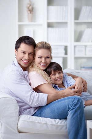 Embrassant la famille avec un enfant à la maison