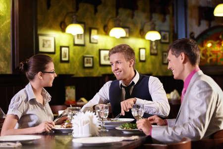 negocios comida: J�venes cenar en un restaurante