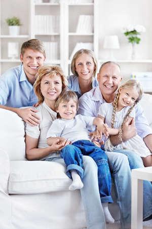 abuelos: Feliz familia con hijos y nietos en casa