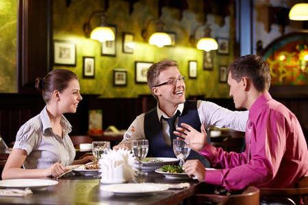 Jonge mensen uit eten in een restaurant