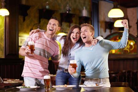 jovenes tomando alcohol: Jóvenes regocijan en el pub