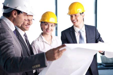 supervisores: Personas en cascos en un sitio de construcción