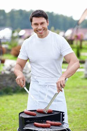 barbecue: Homme souriant avec un barbecue Banque d'images