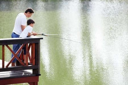 hombre pescando: Padre e hijo van a pescar Foto de archivo