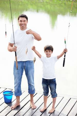 hombre pescando: Padre e hijo muestran capturas Foto de archivo